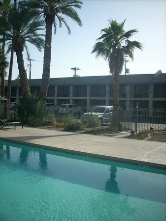 Howard Johnson Scottsdale Old Town: View from pool 2
