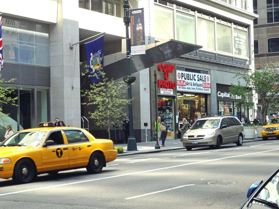 Langham Place, New York, Fifth Avenue: Eingang Fifth Avenue
