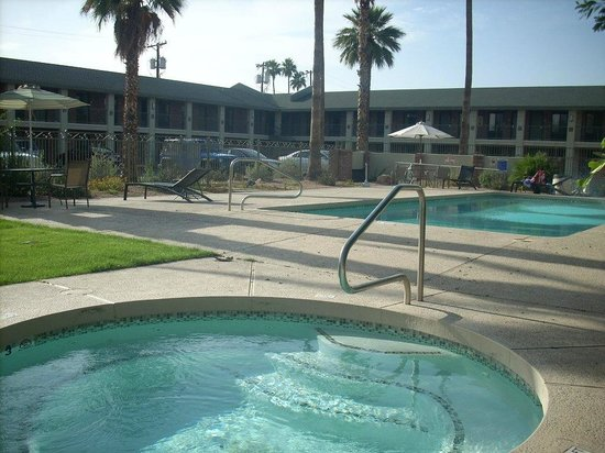 Howard Johnson Scottsdale Old Town: Hot tub and pool