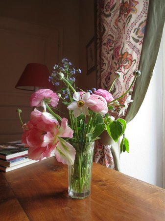 La Maison des Roses : Fresh peonies in the room