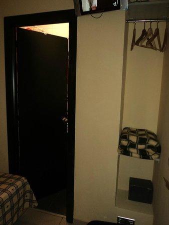 Hostal Florida: Puerta del baño y armario