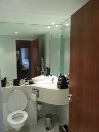 The Alona Hotel: Bathroom