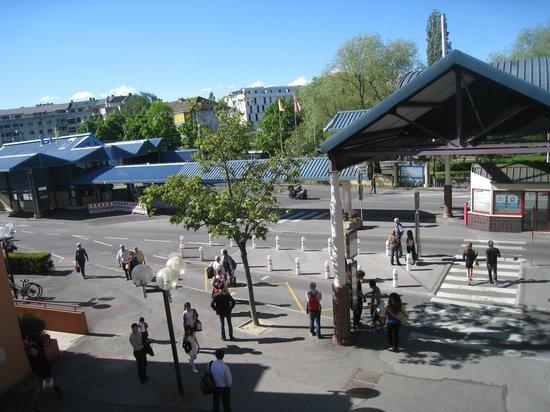 Geneva Residence - Appart'Valley - Gaillard: le poste frontière en face des appartements