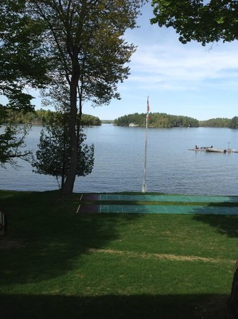 Shamrock Lodge: View of Lake Rosseau & beach area from room