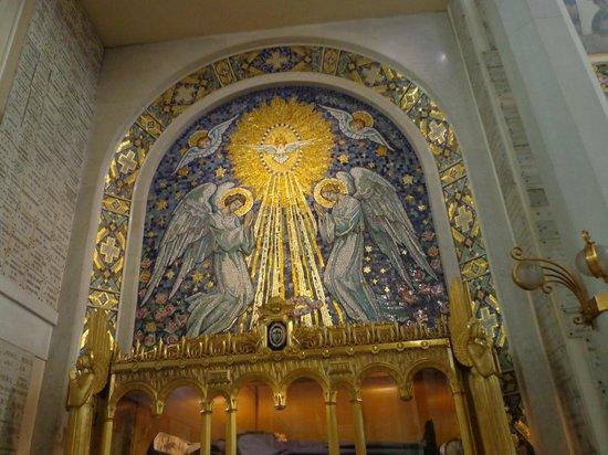 Paris, Prancis: Nesta capela aconteceram as aparições de Nossa Senhora à Santa Catarina de Labouré.