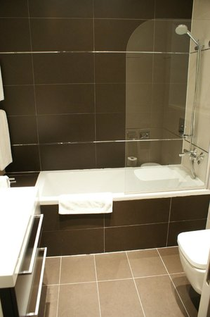 Celenga Apartments: Lovely Bathroom with Power Shower & Toiletries