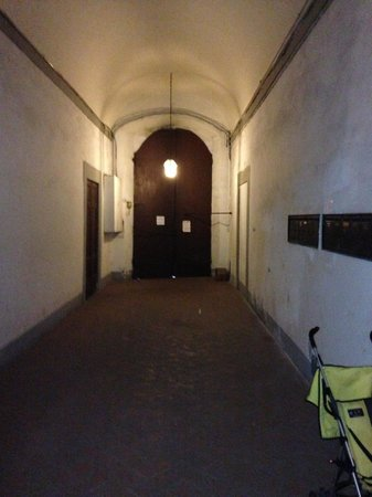 B&B Bonsignori: Inside view of front door and hallway to the stairs