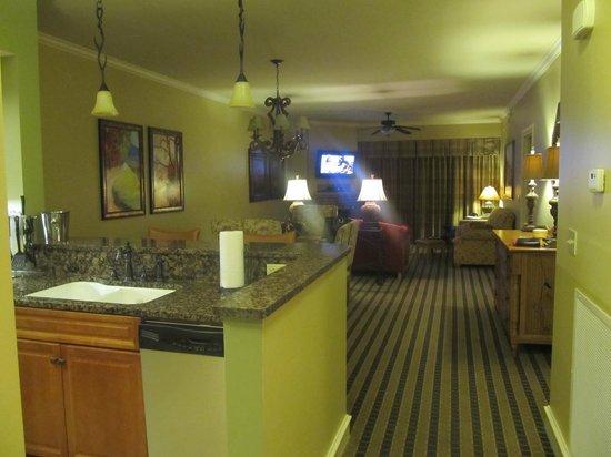 RiverStone Resort & Spa: Entry looking towards living room.