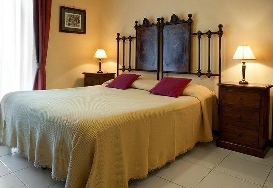 camera da letto (particolare) - Foto di Porto Ulisse B&B, Catania ...