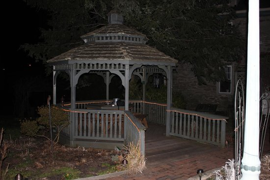 Salem Creekside Inn: Their gazebo