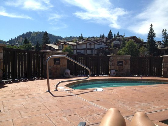 The Chateaux Deer Valley: hot tub at the pool. pretty mountain view!