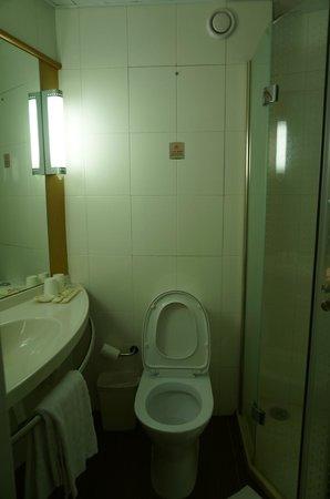 Ibis Xiamen Kaiyuan: Bathroom
