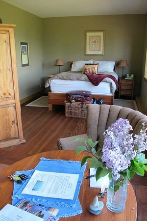 Manana Guest House : Looking in from the front door