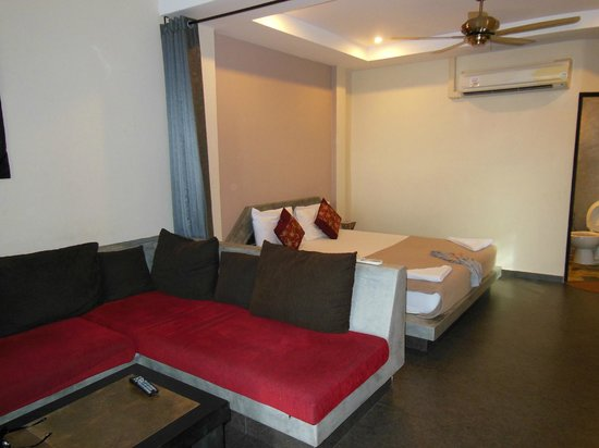 Koh Tao Heights Exclusive Apartments: Couch & Bed