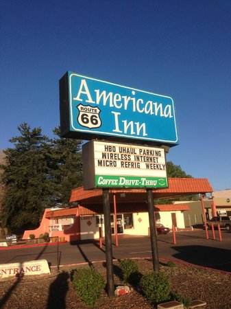 Americana Inn - Route 66: Sign in front