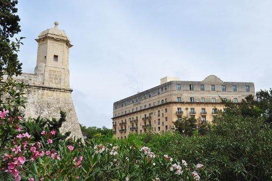 The Phoenicia Malta : Vue sur l'hôtel depuis le jardin du Phoenicia