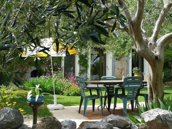 Chambres D'Hotes Les Sens Ciel: La table au jardin.