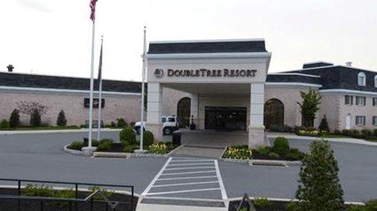 DoubleTree Resort by Hilton Hotel Lancaster: Entrée de l'hôtel vue du parking !