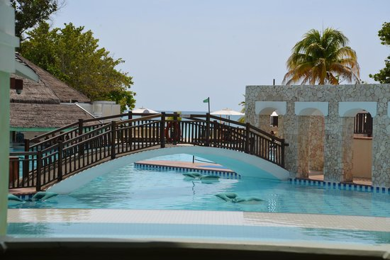 Beaches Negril Resort & Spa: Walkway over the main pool