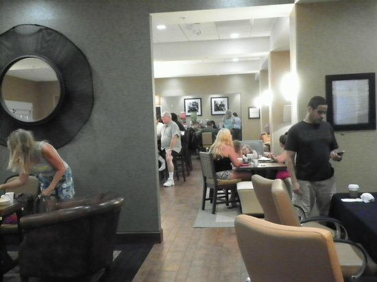 Hampton Inn New Smyrna Beach : crowded breakfast area