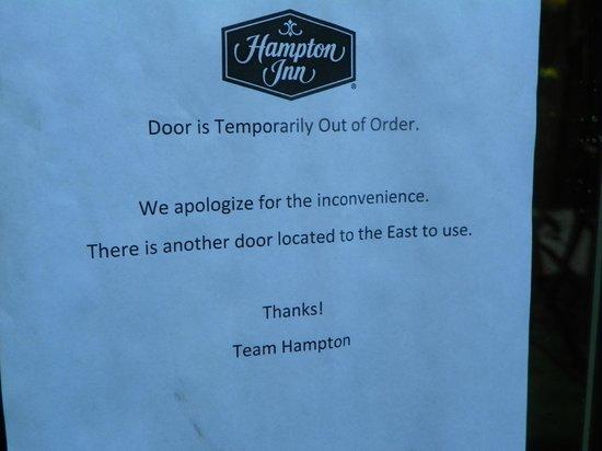 Hampton Inn New Smyrna Beach: broken door