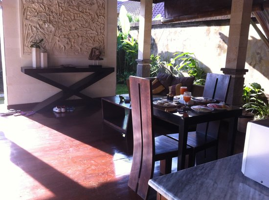 Bali Prime Villas: Enjoying breakfast