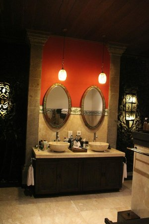 Bidadari Private Villas & Retreat - Ubud: ванная комната на втором этаже