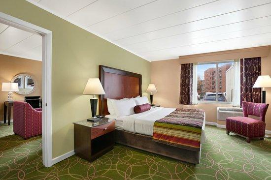 Days Inn Penn State: King Suite