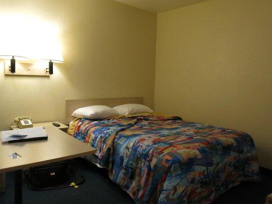 Motel 6 Porterville: the bedroom
