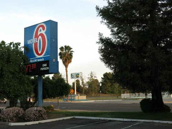Motel 6 Porterville: the motel sign