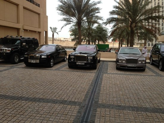 Grosvenor House Dubai: Vor dem Hotel.