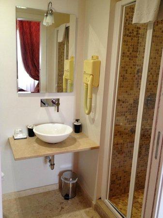 Hotel La Casa di Morfeo: the bathroom