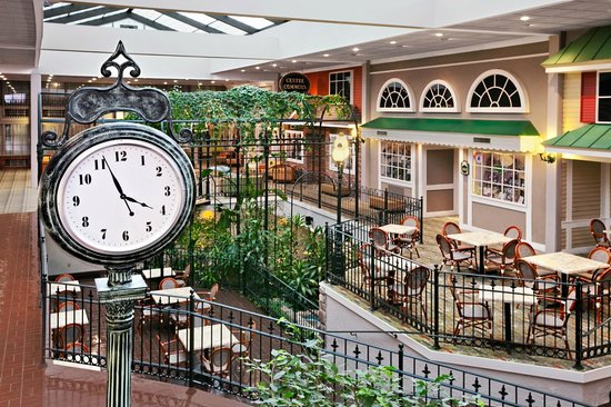 Days Inn Penn State: Atrium Clock Tower