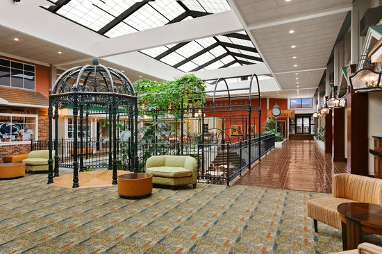 Days Inn Penn State: Atrium view