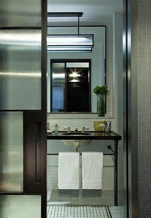 Refinery Hotel : Spacious well-lit bathroom