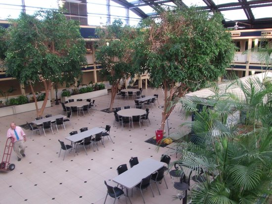 Waterfront Hotel and Conference Center : Atrium .... Peaceful Breakfast