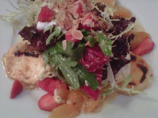 Roberts Bistro: Warmer Ziegenkäse mit Salat, Orangenfilets, Honig und Ingwer