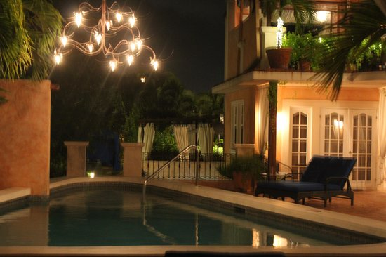 Little Arches Boutique Hotel: Pool Deck at night
