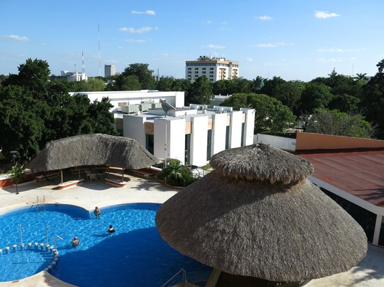 Holiday Inn Merida: View over swimming pool area at back of hotel