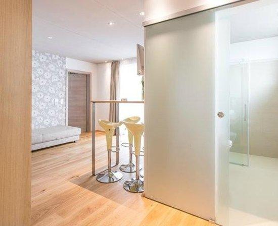 Room 5 Apartments : Sunny Suite Room Apartment