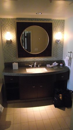 Bay Lake Tower At Disney's Contemporary Resort: master bathroom