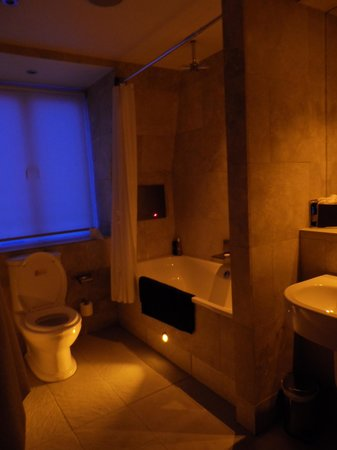 The Crown Spa Hotel: NIGHT LIGHTING IN BATHROOM