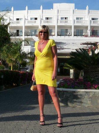 Hotel Riu Palace Meloneras Resort: Zicht op de tuin en achtergevel en mijn vriendin.