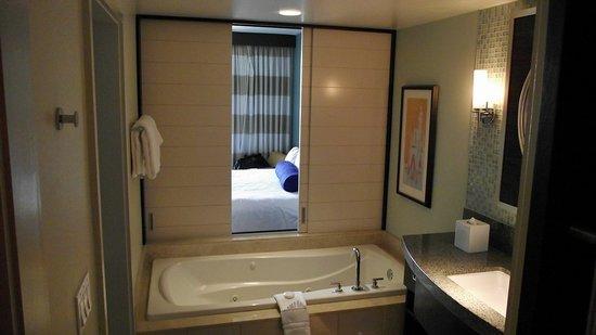 Bay Lake Tower at Disney's Contemporary Resort: jacuzzi tub in master bath