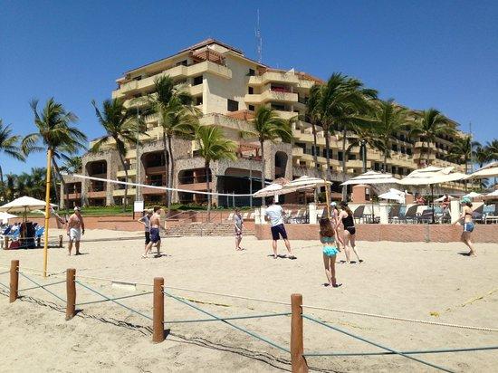 CasaMagna Marriott Puerto Vallarta Resort & Spa: Beach volleyball in front of Casa Magna pool