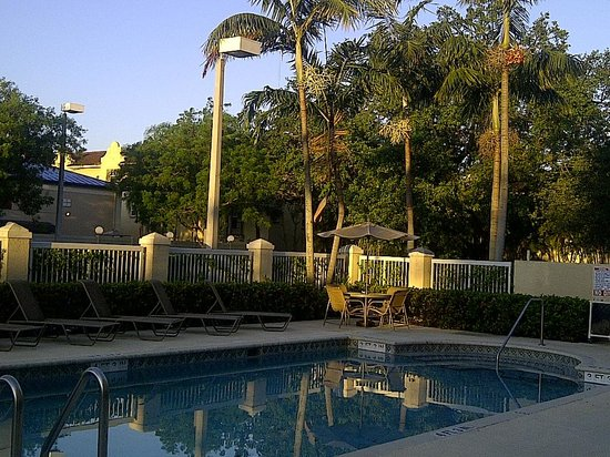 Hampton Inn Fort Lauderdale Airport North Cruise Port: Morning coffee by the pool