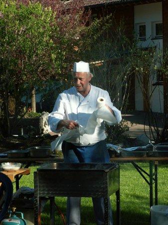 Hotel Pension Bergfrieden: Der Koch in seinem Element am Grillabend