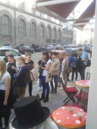 Der Verrückte Eismacher: People cueing infront of the job on a warm day!