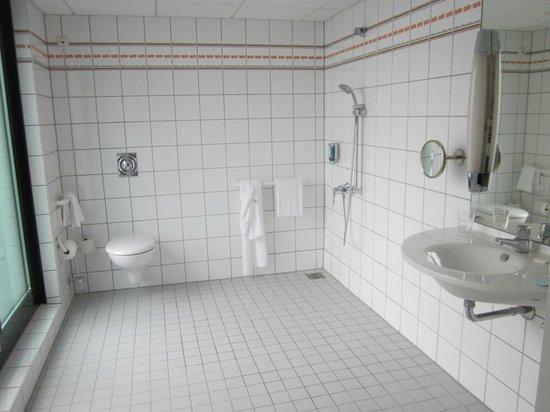 Novotel Berlin Mitte: Bathroom