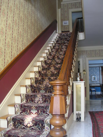 Antique Mansion B&B: Grand stairway